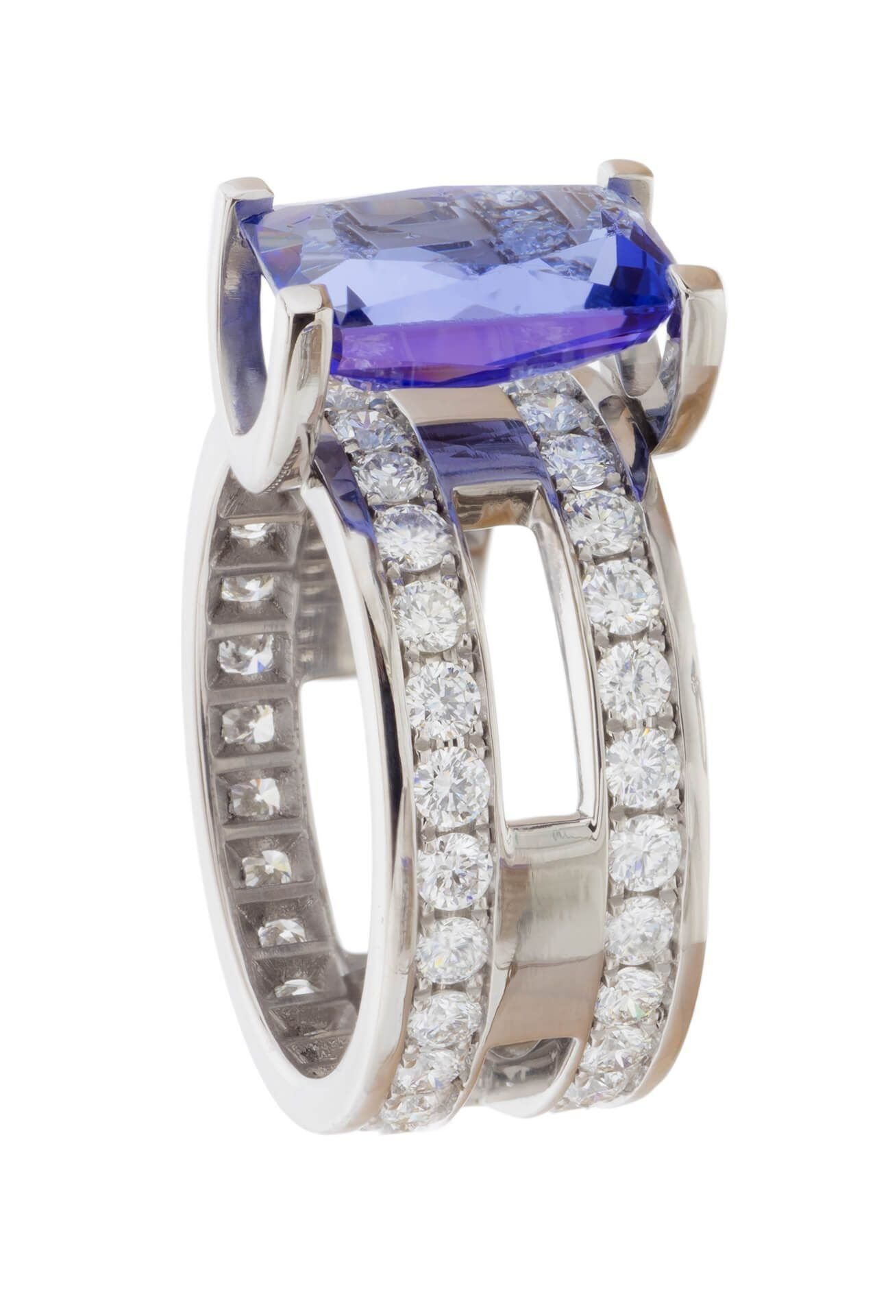 The magnificent trichroism of the tanzanite